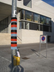 Strickgraffiti mit Ampel
